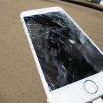 iPhoneの画面が割れたら応急処置としてサランラップを巻こう